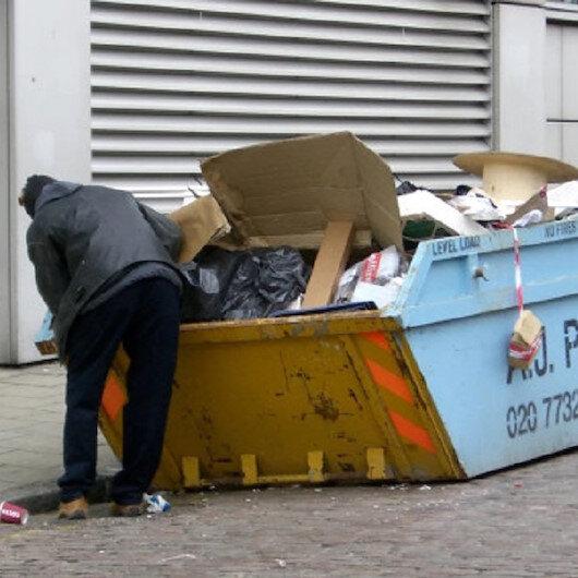 Ödüllü ressam 2011'den beri yiyeceklerini çöpten topluyor
