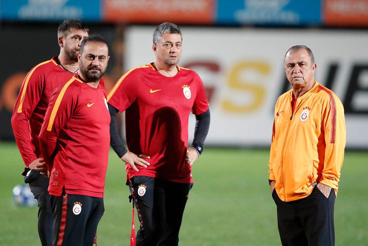 Galatasaray'da teknik heyet, Florya Metin Oktay Tesisleri'nde futbolcular antrenmanlarını sürdürürken toplantı yapıyor...