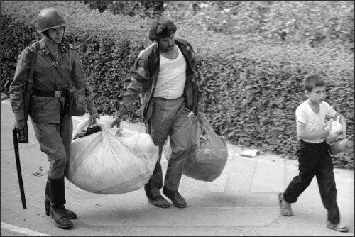 Fergana olaylarında, evlerinden göç etmeye çalışan ailelere askerler de yardım ettiler.