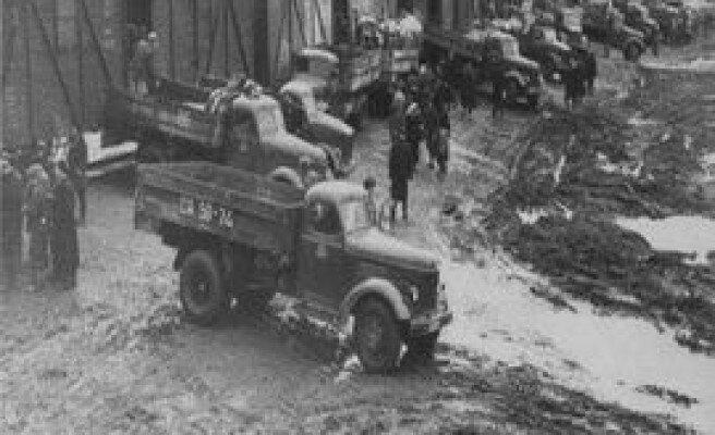 Evlerinden yük arabalarıyla alınan Ahıskalılar yük vagonlarına dolduruluyordu.
