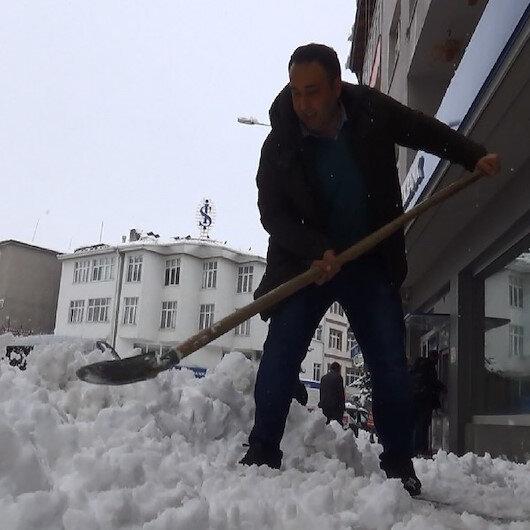 Yarım metre kar yağdı araçlar yolda kaldı