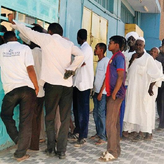 السودانيون والمعاناة من ثلاث أزمات اقتصادية صعبة