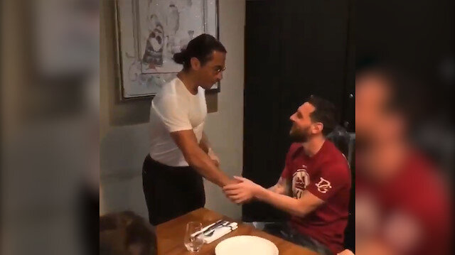 Ünlü kasap Nusret bu kez Messi'yi elleriyle besledi