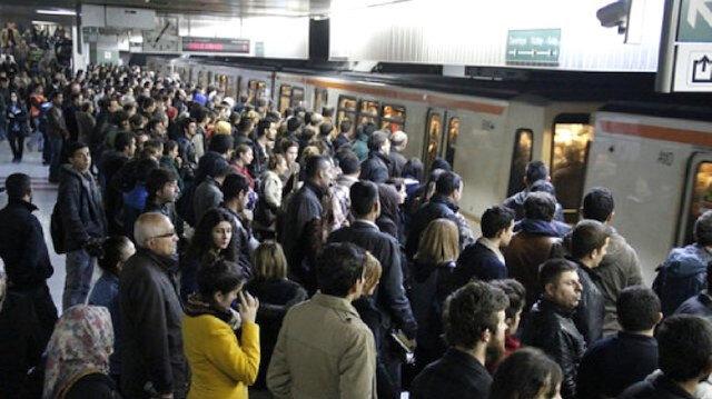 Metro istasyonunda raylara düşen kadın yaralandı