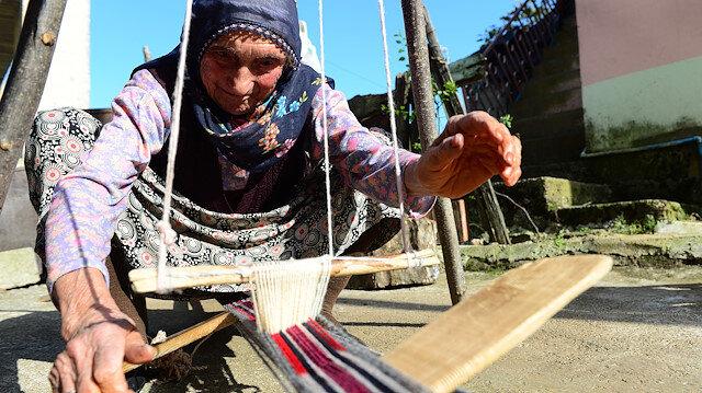 تسعينية تركية تنسج حبل الحمولة على ظهر النساء