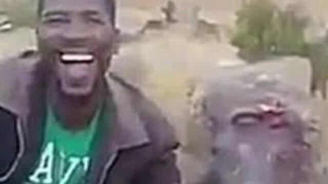 Vahşi avcı hayvan acı çekerken video çekti