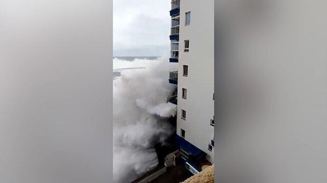 Dev dalgalar balkonu böyle yıktı