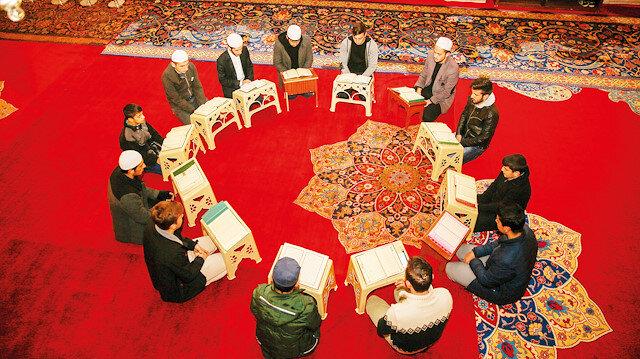 Fatih Camii her gün bir hatim okunuyor