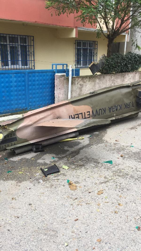 Düşen helikopterin kuyruk kısmında yazan yazıda helikopterin Kara Kuvvetlerinin envanterinde bulunduğu görülüyor.
