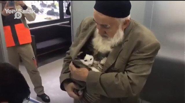 Islak kediyi ceketinin cebine koyup kliniğe götürdü