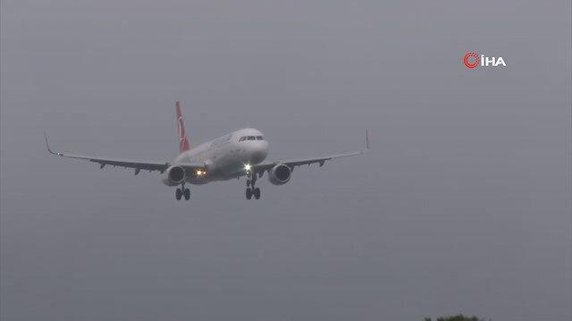 İstanbul'da fırtına nedeniyle inişe geçen uçak yürekleri ağza getirdi