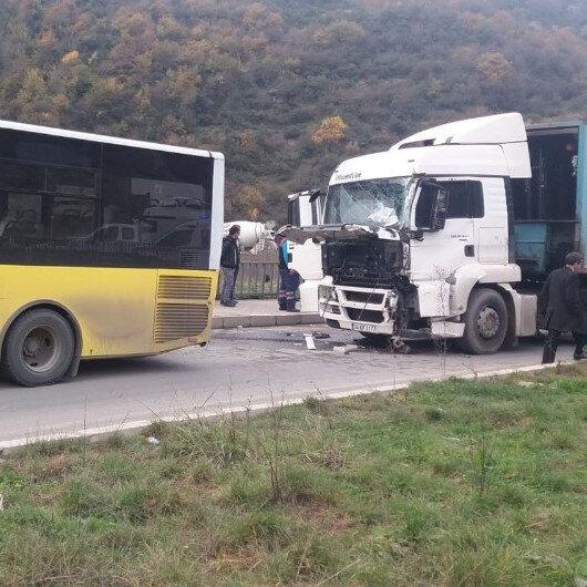Yolcu otobüsüne TIR çarptı: Biri ağır 9 yaralı