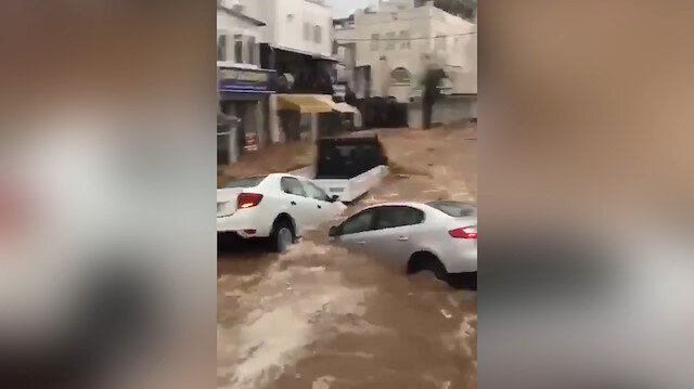 Bodrum'da sel suları araçları böyle sürükledi
