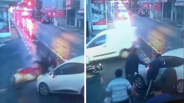 Kaza yapan motosikletli öfkesini çarpıştığı otomobilden çıkardı