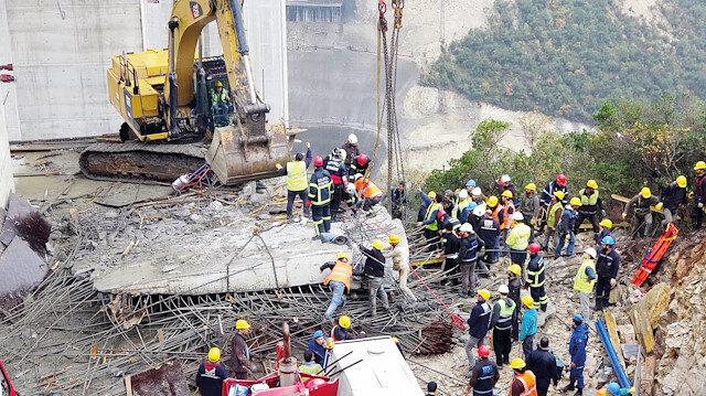 Viyadük montajı sırasında yaşanan korkunç kazada 3 işçi öldü, 1 işçi sağ kurtarıldı.