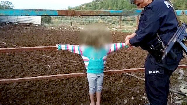 Yaramazlık yapan çocukları çite bağladı