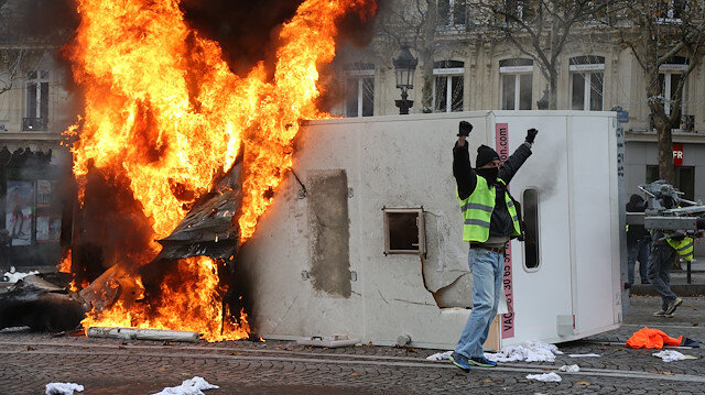 Göstericiler yeniden meydanda Paris alev alev