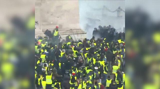 Fransa'da göstericiler kovalıyor polis kaçıyor