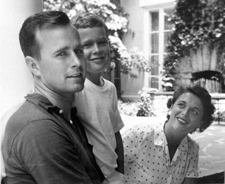 George and Barbara Bush oğulları George W. Bush'la birlikte.