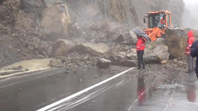Hakkari-Van karayoluna kaya düştü