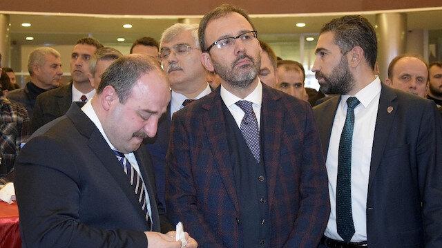 Sanayi ve Teknoloji Bakanı Mustafa Varank'ın duygu dolu anlarında Spor Bakanı Mehmet Muharrem Kasapoğlu sarılarak destek oldu.
