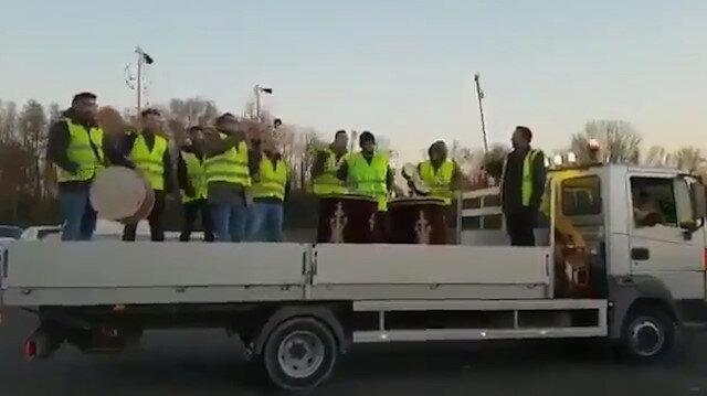 Türklerden Paris'teki eylemcilere Mehter Marşı ile destek