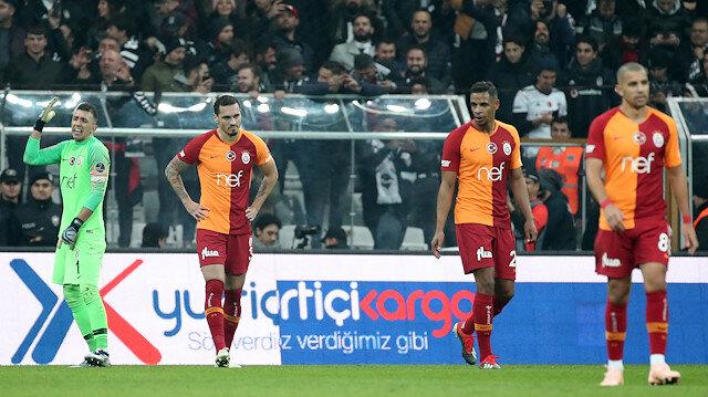 Galatasaraylı futbolcular yenilen golün ardından büyük üzüntü yaşadı.