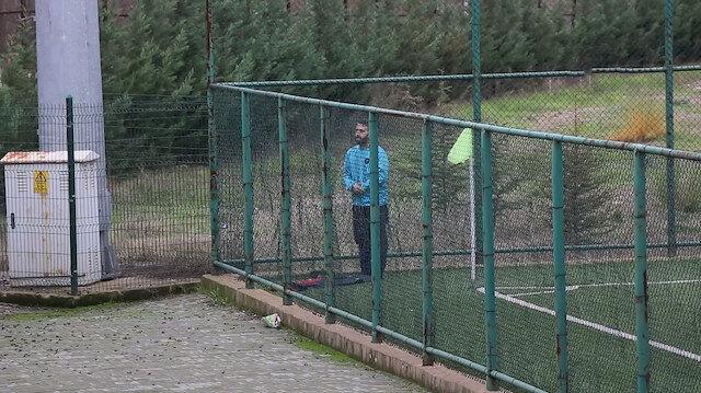 Maç öncesi sahada namaz kılan oyuncu