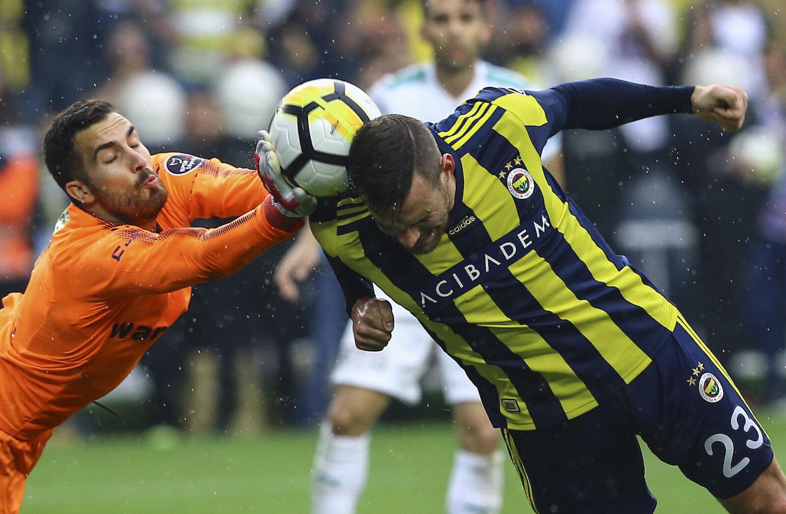 Spor Toto Süper Lig'in 32. haftasında Fenerbahçe ile Bursaspor takımları karşılaştı. Bir pozisyonda Fenerbahçeli oyuncu Vincent Janssen (23), Bursaspor kalecisi Harun Tekin (solda) ile mücadele etti.
