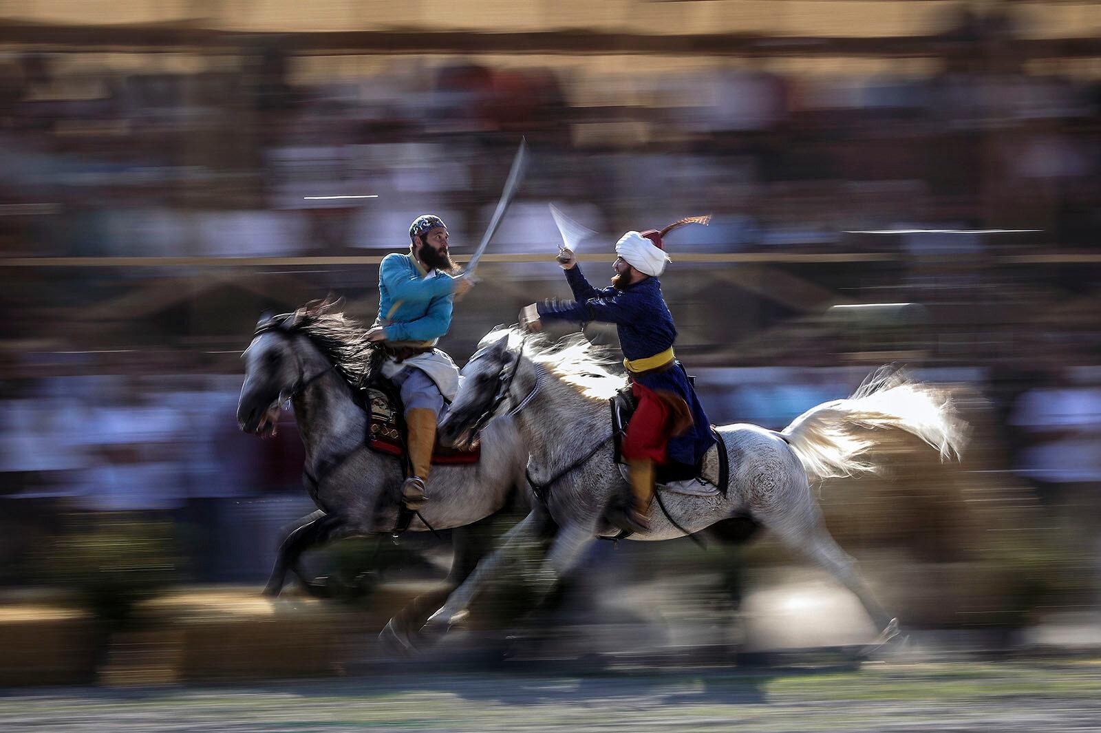 Malazgirt Zaferi'nin 947. yıl dönümü kapsamında Bitlis'in Ahlat ilçesinde gerçekleştirilen etkinlikler, vatandaşlardan yoğun ilgi gördü. Çarho mevkisindeki 400 dönümlük alanda düzenlenen etkinliklere gelen vatandaşlar, kök börü, atlı okçuluk, cirit, güreş müsabakaları ve geleneksel oyunlar ile Kırgızların gelin-damat, beşik toyu etkinliklerini ilgiyle izledi.