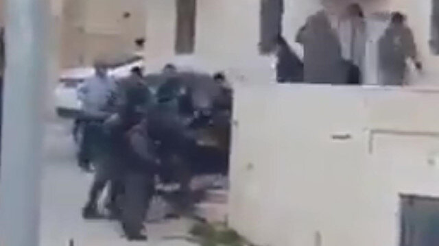 İsrail vahşeti: Filistinlileri evinden çıkarırken saldırdı