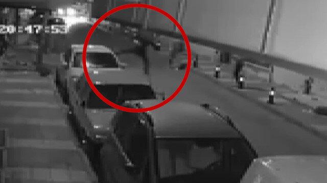 Otomobillere uçan tekme atan adam kamerada