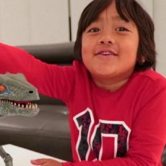 طفل يكسب 22 مليون دولار عبر يوتيوب