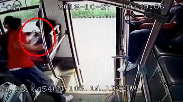 Kapkaçı fark eden yolcular hırsızı tekme tokat dövdü