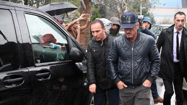 Oscar ödüllü aktör Sean Penn (önde) Suudi Konsolosluğuna geldi.