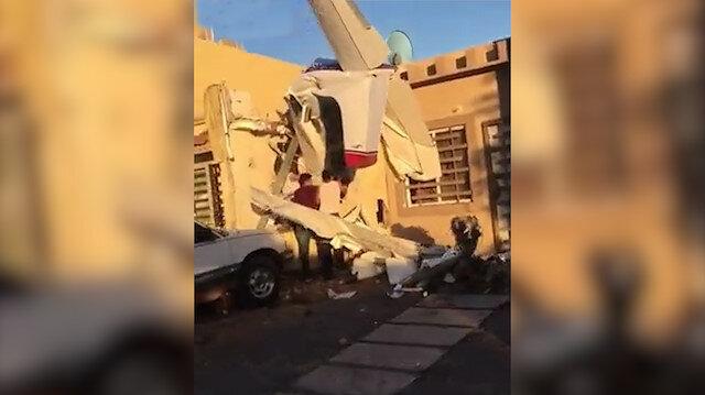 Eğitim uçağı binanın üzerine düştü!