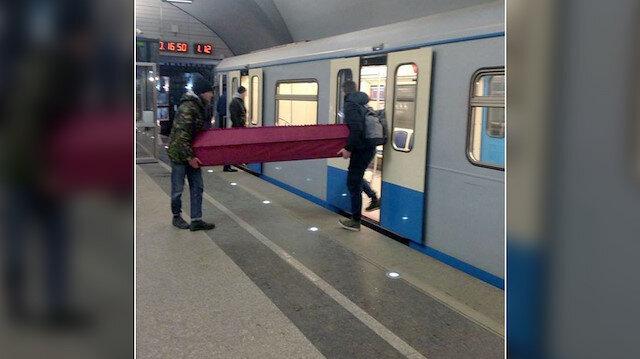 Metroya tabutla bindiler yol ücreti de ödediler