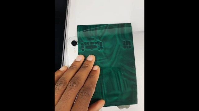 iPad'in içini gösteren manyetik kağıt
