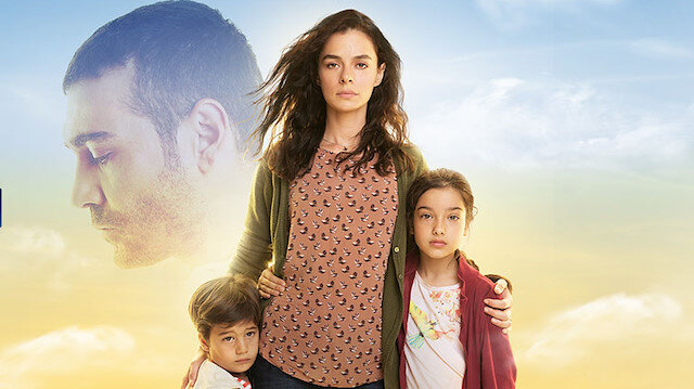 Kadın dizisinin başrollerini Caner Cindoruk ve Özge Özpirinççi paylaşıyor.