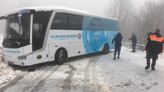 Otobüsteki 75 yolcu AFAD ve jandarma araçlarıyla tahliye edildi.