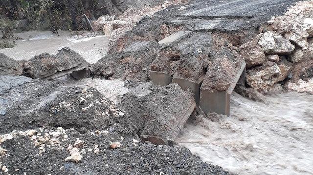 Erdemli'de menfez köprü taşkın nedeniyle çöktü.