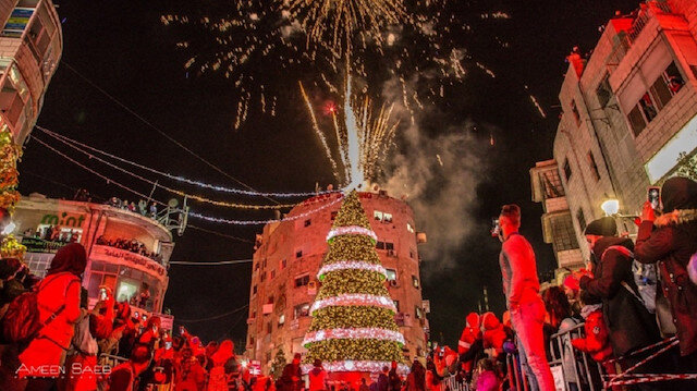 رام الله تضيء شجرة الميلاد في رسالة سلام