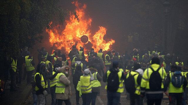 Fransa'daki provokatörler 2 hafta süren gösterilerde şehirleri yakıp yıktı, ortalığı savaş alanına çevirdi.