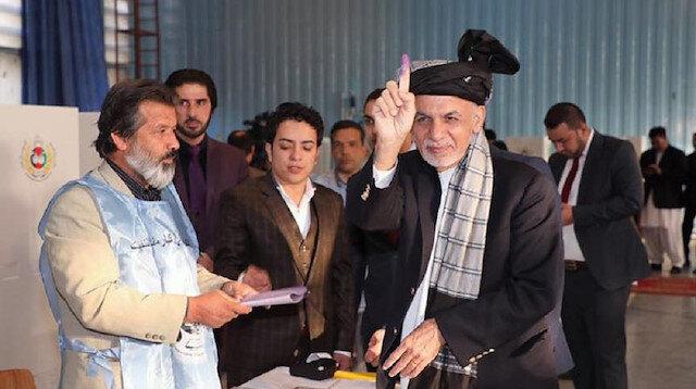 Afganistanlı seçmenler sandık başında oy kullanırken.