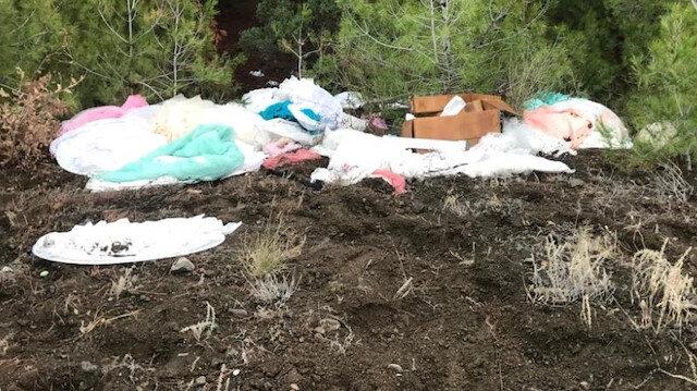 Ağaçlar ve yerlerden toplanan gelinlikleri vatandaşlar çöpe attı.