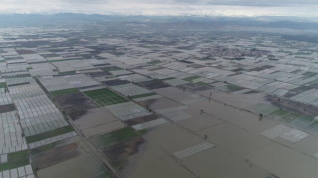 Mersin'de seralar sular altında kaldı