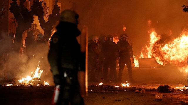 Yunanistan polis kurşunuyla ölen genci anarken karıştı