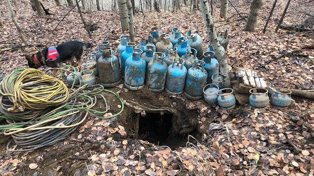 Arazi aramasında tespit edilen iki sığınakta 32 büyük, 14 küçük tüp, 3 akü, 84 pil ve çeşitli yaşam malzemeleri bulundu.