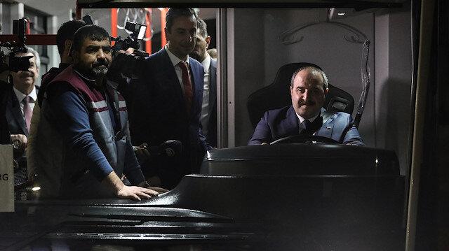 Sanayi ve Teknoloji Bakanı Mustafa Varank, yerli elektrikli otobüsün direksiyonuna geçti