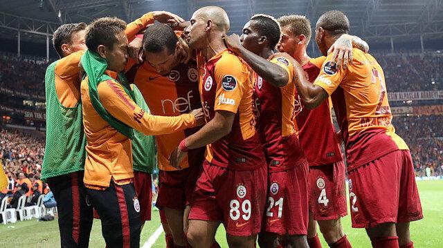 Maicon, BB Erzurumspor'a karşı attığı golün sevincini takım arkadaşlarıyla yaşarken.